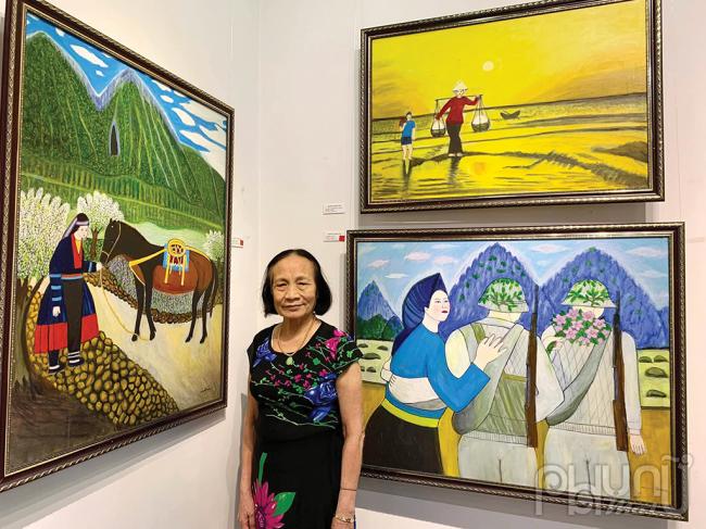 Cô giáo Nguyễn Ngọc Dậu tại triển lãm của mình.