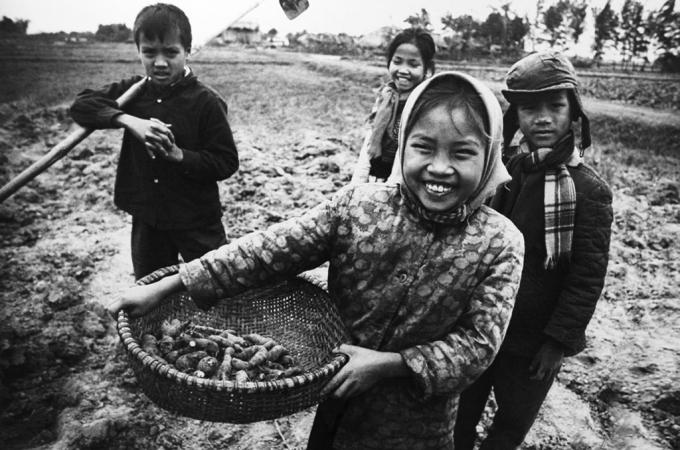 Trẻ con xưa giúp gia đình tăng gia sản xuất sau giờ học (Ảnh: internet).