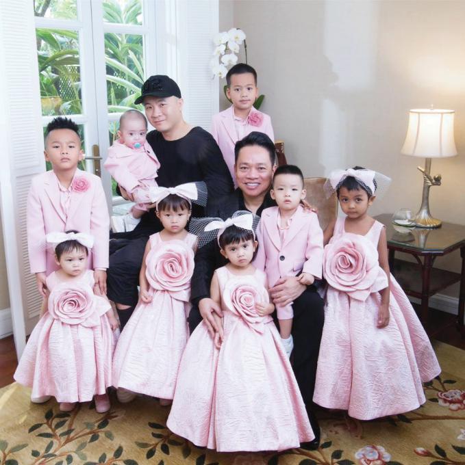 Đỗ Mạnh Cường bên 8 người con của anh.