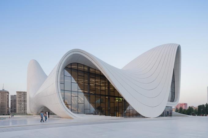 Không có một đường thẳng, cấu trúc uốn lượn được thiết kế bởi kiến trúc sư Zahia Hadid bao phủ viện bảo tàng của một quốc gia giàu lịch sử và văn hóa (Ảnh: Iwan Baan)