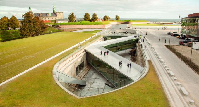 Tại thị trấn Helsingor, công trình sáng tạo này trưng bày thuyền, các thiết bị định vị và những đồ hàng hải khác. Tập đoàn Bjarke Ingels Group dựng những dãy phòng tranh tường kính và lối đi (Ảnh: internet).
