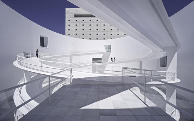 Trung tâm bảo tàng được kiến trúc sư Alberto Campo Baeza tập trung vào tòa nhà 3 tầng đơn giản, xoay quanh chiếc sân tròn vui tươi với đường dốc elip kết nối các tầng (Ảnh: internet).