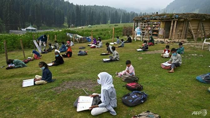 Hiện tại, lớp học chính là những thảm cỏ xanh mướt trên đồi, nơi có thể khiến các em không còn phải lo ngại nhiều về dịch bệnh và giãn cách xã hội (Ảnh: AFP)