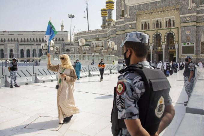 Lần đầu tiên trong lịch sử, Saudi Arabia đã cấm người Hồi giáo nước ngoài nhập cảnh tham dự lễ hành hương nhằm hạn chế nguy cơ lây lan dịch bệnh. Thay vào đó, 1.000 người đang có mặt ở Saudi Arabia được lựa chọn tham gia lễ hành hương. AP cho biết 2/3 số người tham gia lễ hành hương hôm 29/7 là người nước ngoài, đến từ 160 quốc gia. Nhân viên an ninh và y tế cũng được nước chủ nhà triển khai tại Mecca. (Ảnh: AP)