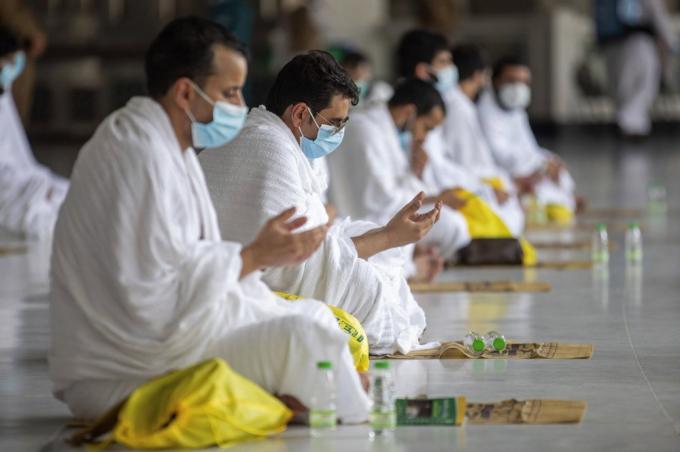 Thay vì truyền thống chia sẻ thức ăn, người hành hương tại Mecca năm nay sẽ ăn đồ ăn đã được chuẩn bị trước tại khách sạn. Người hành hương cũng chỉ có thể uống nước từ giếng linh thiêng Zamzam đã được đóng chai do ban tổ chức phân phát, nhằm tránh nguy cơ lây nhiễm virus. Nhà chức trách cũng khử trùng và đóng gói sẵn những viên sỏi xua đuổi tà ma để phát cho người hành hương, thay cho tục lệ thu thập sỏi trên đường đi của các năm trước. (Ảnh: AP)