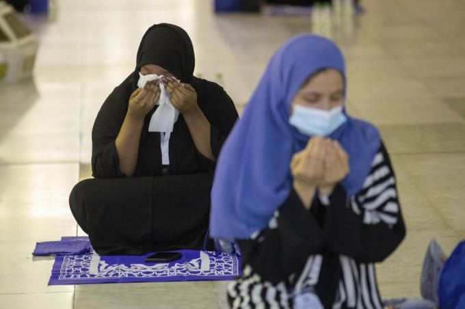 Nhà chức trách Saudi Arabia đã chuẩn bị hàng nghìn thảm cầu nguyện và quần áo đặc biệt, phủ chất liệu nano bạc, có tác dụng tiêu diệt vi khuẩn và chống nước, để phát cho người hành hương. Các vật dụng khác như khăn, xà phòng, nước rửa tay, ô che nắng cũng được phân phát miễn phí. Toàn bộ chi phí tham gia cuộc hành hương được chính phủ Saudi Arabia chi trả. (Ảnh: AP)